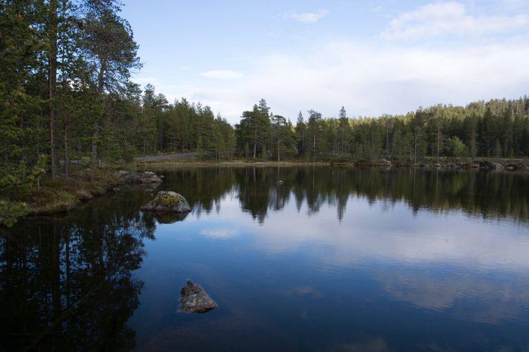 Ein Sommernachmittag an einem See in Lappland