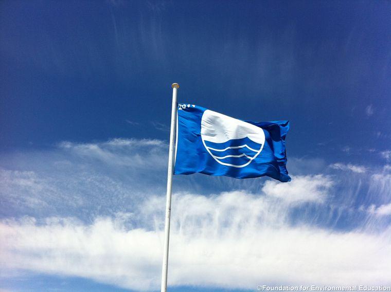 """Seit über 30 Jahren steht die """"Blaue Flagge"""" für nachhaltige Strände auf der ganzen Welt."""