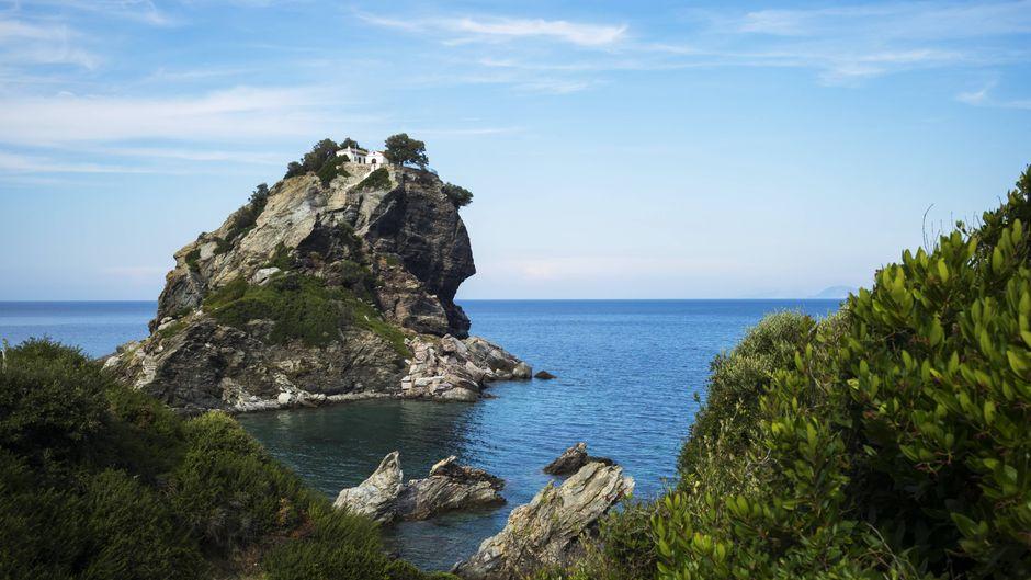 """Die Kapelle Agios Ioannis auf Skopelos ist einer der Drehorte des Films """"Mamma Mia""""."""