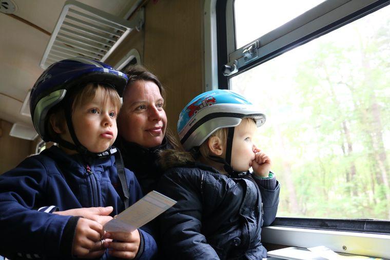 Mutter mit zwei Kindern im Rasenden Roland auf Rügen