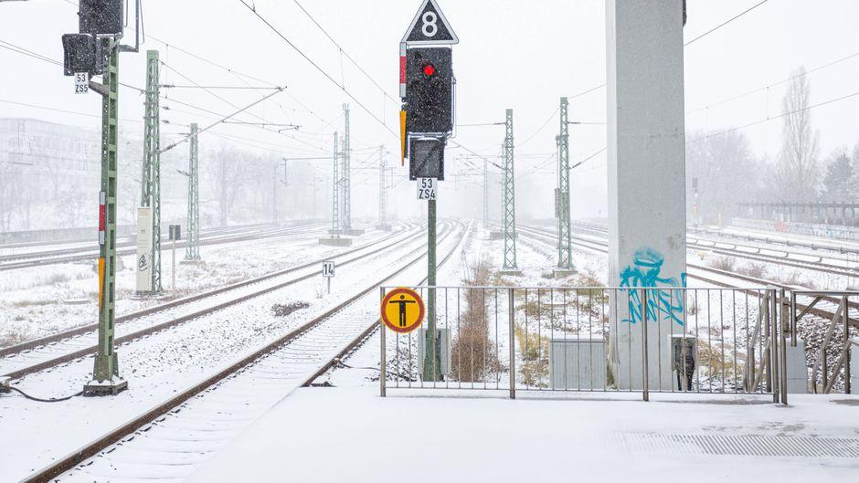 ICE in Stuttgart. Die Deutsche Bahn stellt wegen des Schnee-Unwetters den Zugverkehr auf vielen Strecken ein.