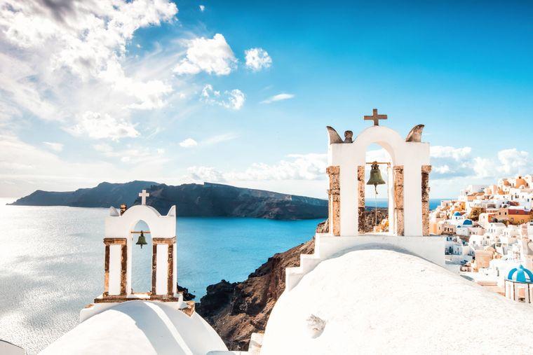 Im Frühling und im Herbst ist das Wetter auf Santorini ideal für einen Aktivurlaub mit Wanderungen oder eine Sightseeing-Tour über die Insel.