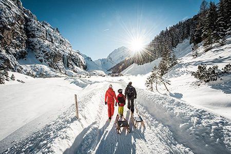 Rodeln in der winterlichen Stubaier Bergwelt