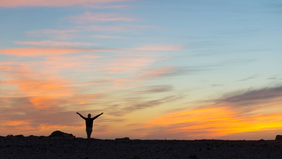 Eine Frau genießt den Sonnenuntergang.