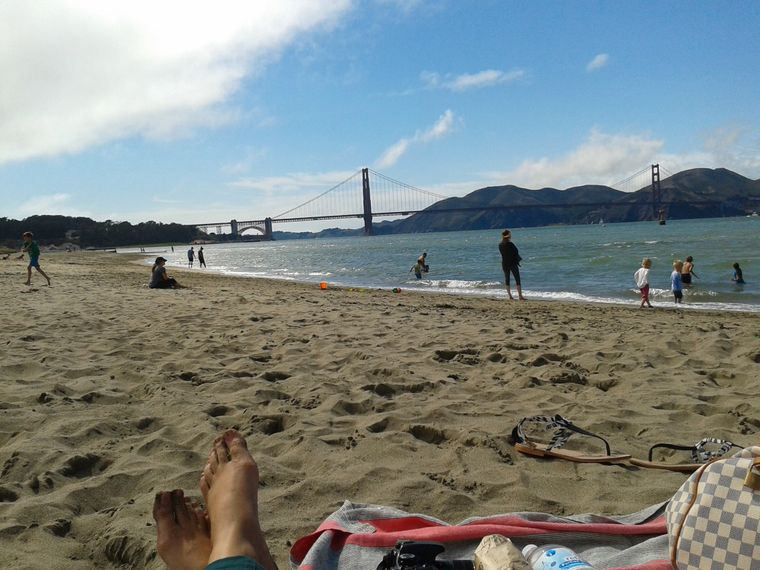 Pause am Strand mit Blick auf die Golden Gate Bridge.