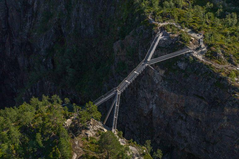Die Brücke passt sich dank ihrer außergewöhnlichen Form an die norwegische Natur an.