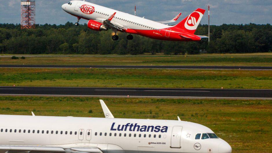 Flugzeuge von Lufthansa und Niki.