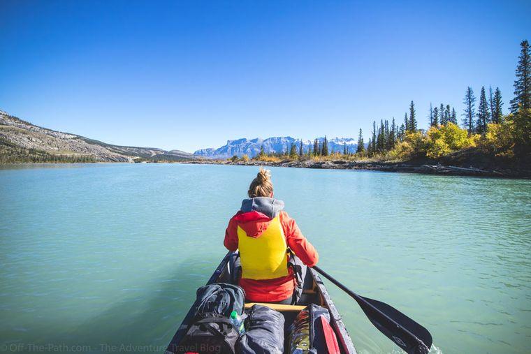 Mit dem Kanu unterwegs auf dem Athabasca River in Kanada.
