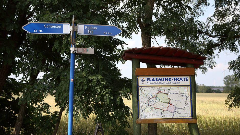 Wegweiser und eine Karte mit Streckennetz an der Skate-und Radstrecke Flaeming-Skate bei Wahlsdorf zeigen den Weg.
