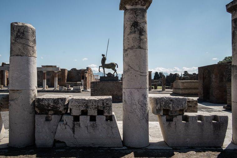 Pompeji: Unvollkommene Statuen, Ruinen und Ausgrabungsstätten versetzen dich in die Zeit der alten Römer zurück.