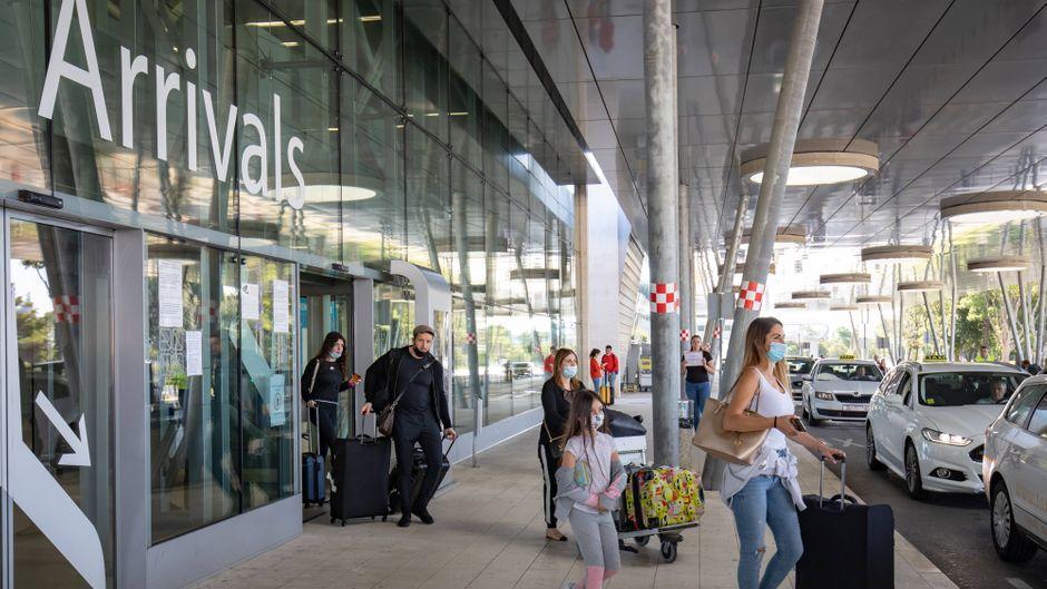 Urlauber kommen in Dubrovnik am Flughafen an. In Kroatien infizieren sich aktuell die meisten Deutschen im Ausland.