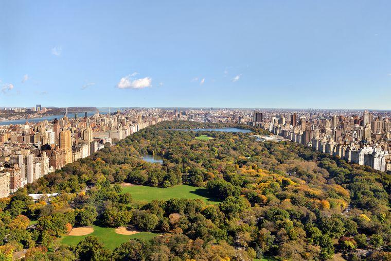 Der Central Park liegt im Zentrum Manhattans und nimmt mit seinen fast 350 Hektar etwa sechs Prozent der Bodenfläche des Bezirks ein.
