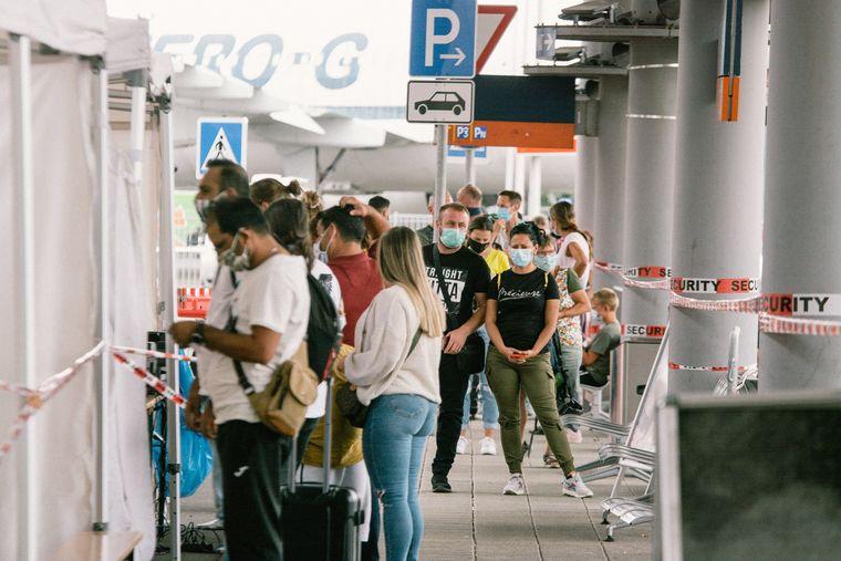 Schlange stehen für den Coronatest: Reiserückkehrer müssen an Flughäfen mit Wartezeiten rechnen.