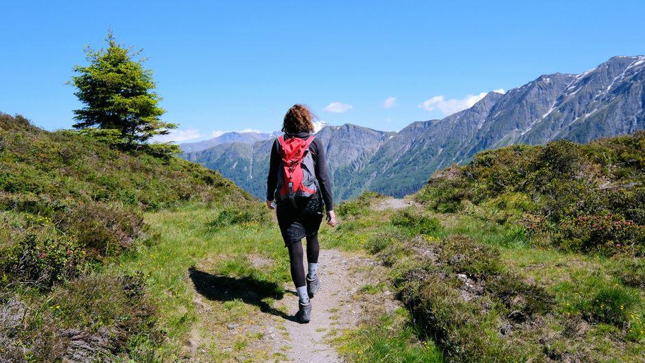 Wanderin auf dem Bischolpass-Glaspass im Naturpark Beverin.