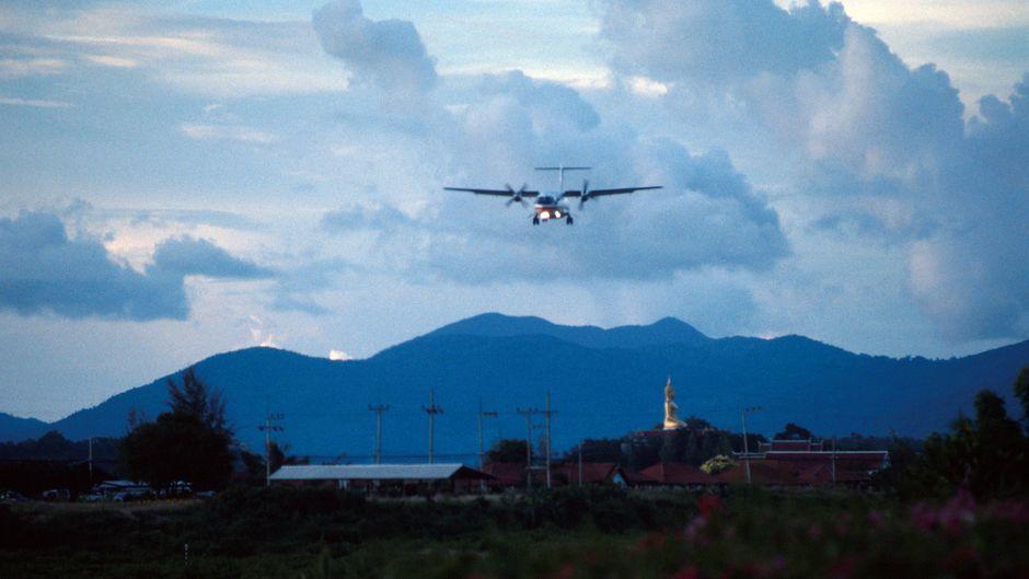 Ein Flugzeug im Landeanflug auf Koh Samui.