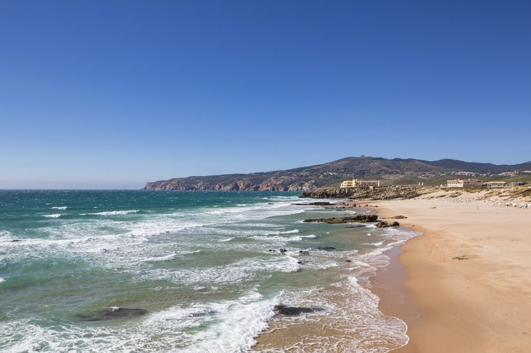 Zahlreiche Windsurfer zieht es Jahr für Jahr an den Praia do Guincho bei Lissabon.