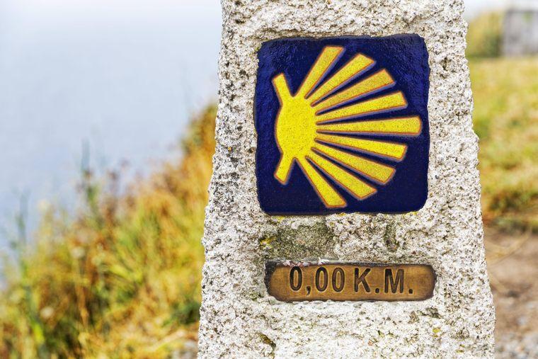 Kilometer Null: Der letzte Kilometerstein des Camino a Fisterra ist der Endpunkt des Jakobsweg am Kap Finisterre in Galicien.