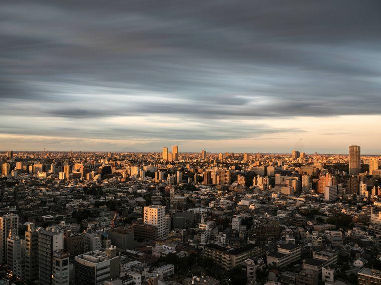 Dramatischer Himmel über der Skyline von Tokyo