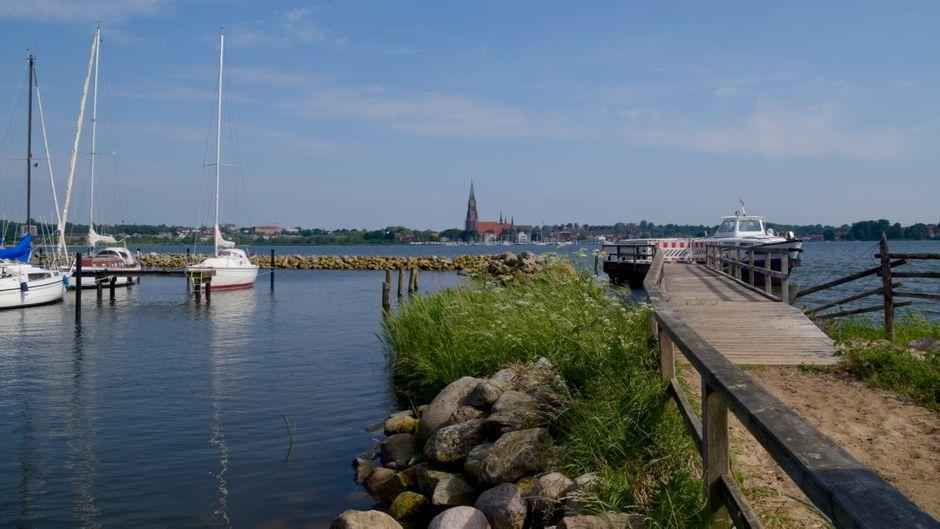 In Schleswig dreht sich alles um die Schlei – in vielen Restaurants kommt Fisch auf den Tisch.