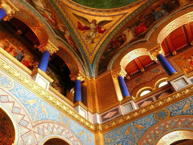Nicht nur von außen ist Schloss Neuschwanstein in Bayern ein Hingucker. Die Hallen im Inneren des Schlosses sind kräftig verziert.