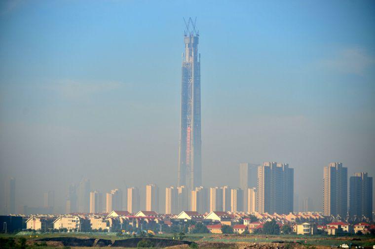 Das höchste Gebäude in der chinesischen Stadt Tianjin – das Goldin Finance Center. Da der Bau aber zwischendurch gestoppt wurde, zieht sich die Eröffnung hin.