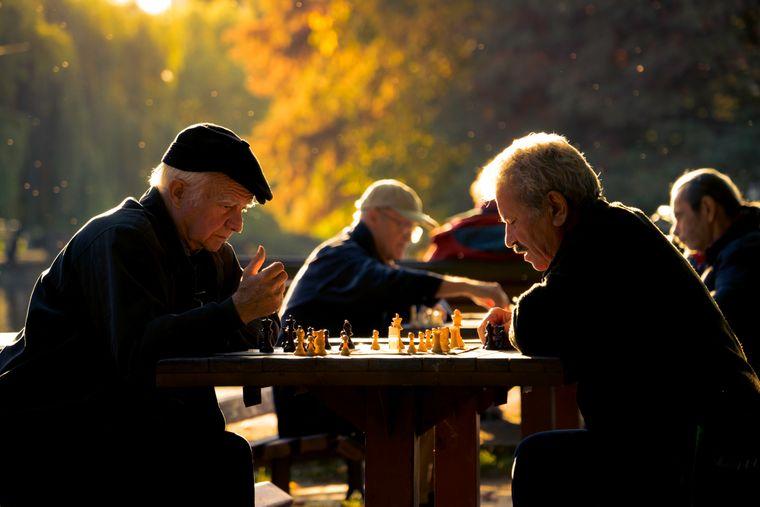 Alte Männer spielen Schach im Park hinter der Opera Maghiară in Cluj-Napoca, Rumänien.