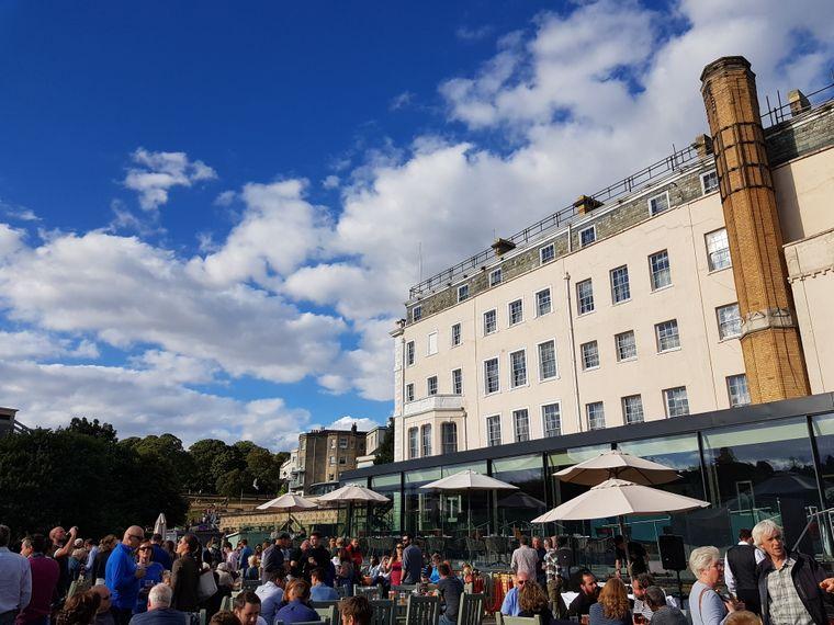 Die Terrasse des White Lion Pubs ist der beste Ort, um sein Bier und die Sonne zu genießen.