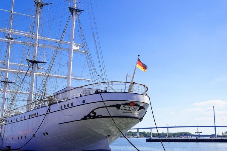 Sie steht für die Sehnsucht der Weltmeere – Die Gorch Fock im Stralsunder Stadthafen.