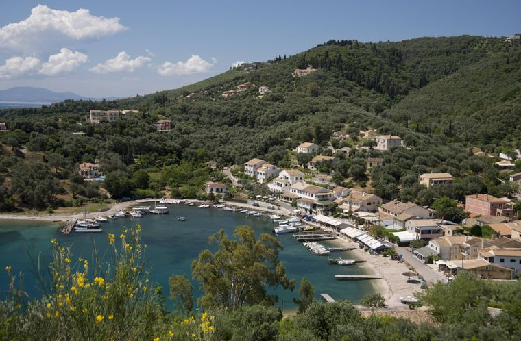 An der nördlichen Küste der Insel korfu liegt das Dorf Agios Stefanos.