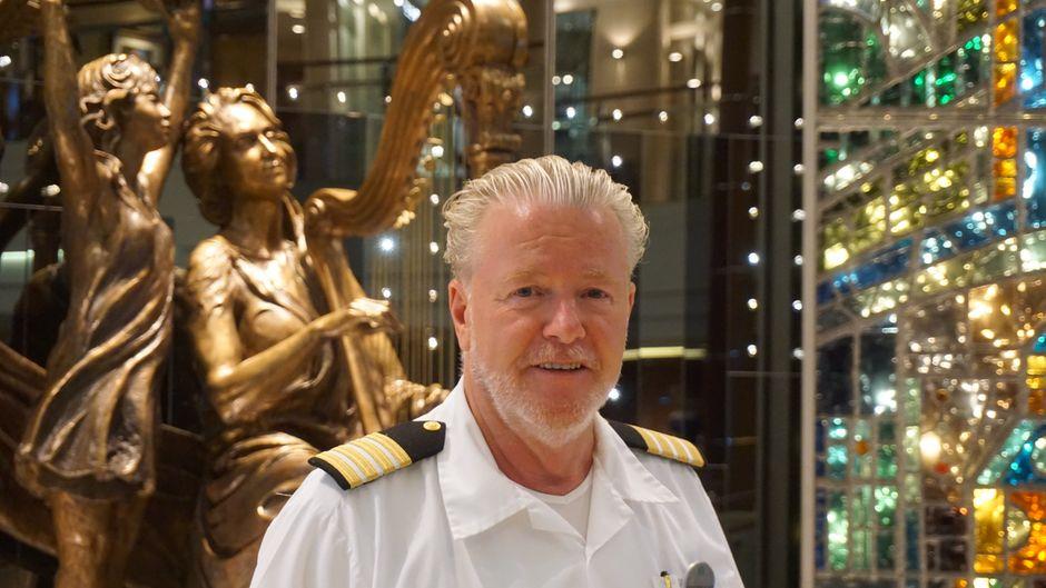 Der Österreicher Hubert Buelacher ist der Hoteldirektor auf der Crystal Serenity.