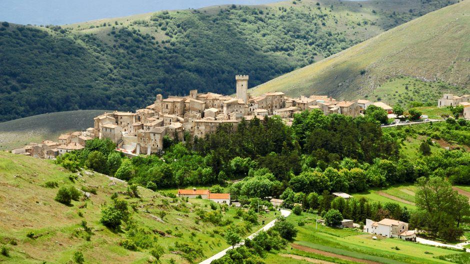 Blick auf das Dorf Santo Stefano di Sessanio in den Abruzzen, Italien.