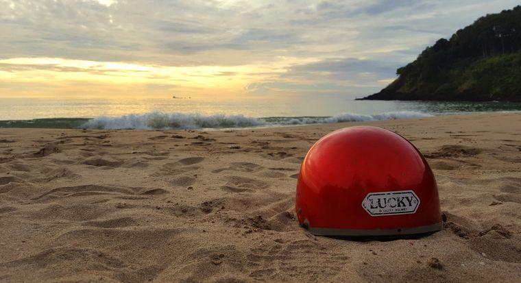 Geschafft und Glück gehabt, am Strand lassen wir den Tag ausklingen.
