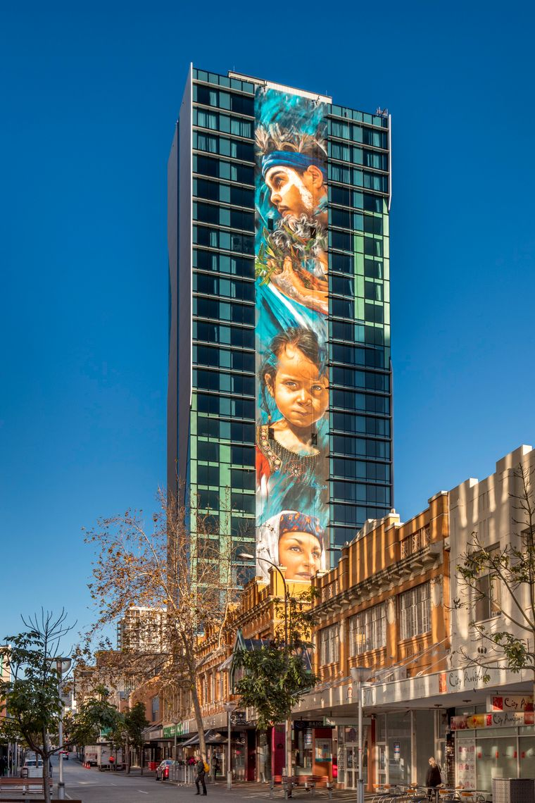 Das Mega Mural des Street-Art-Künstlers Matt Adnate an der Fassade des Adnate Hotels in Perth erstreckt sich über 25 Stockwerke.
