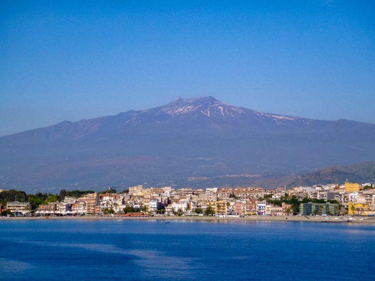Die sizilianische Stadt Taormina wird vom Vulkan Ätna überragt.