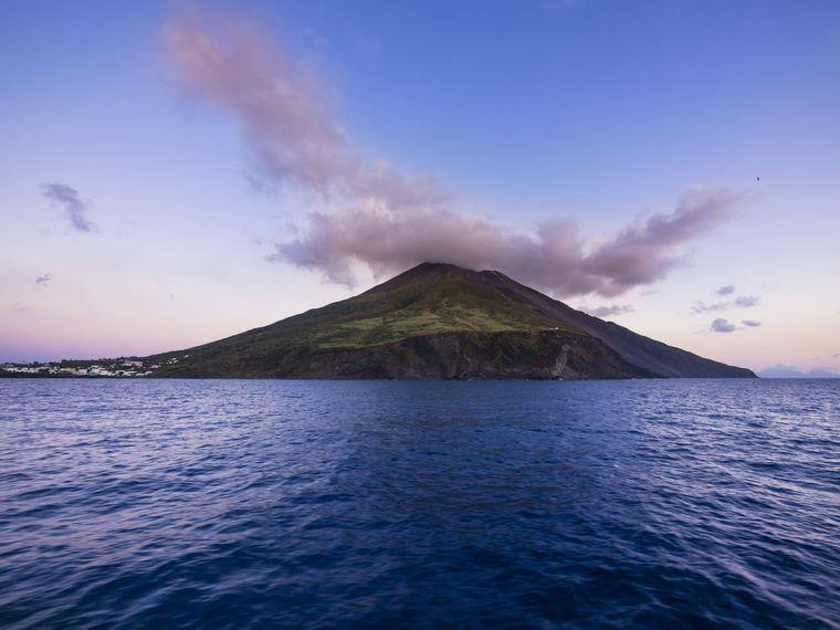 Die Insel Stromboli ist eigentlich ein brodelnder Vulkan, der aus dem Wasser ragt.