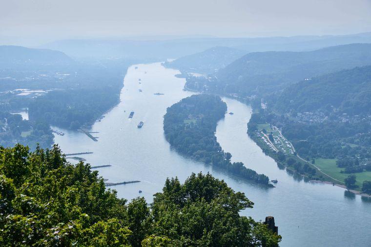 Frische Luft auf dem Drachenfelsen. Sowohl Urlauber als auch Einheimische wandern auf den Berg im Siebengebirge am Rhein zwischen Königswinter und Bad Honnef. 321 Meter ist er hoch.