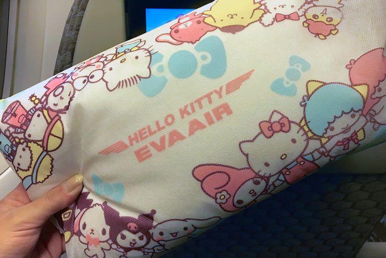 Eva Air bettet dich in ihrem Hello-Kitty-Jet auf kleine Kissen – natürlich im entsprechenden Design.