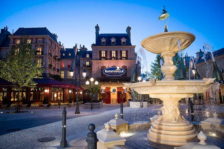 """Auf dem Gelände des Disneyland Paris tauchen Parkbesucher auch in die Welt der Feinschmecker-Ratte Rémy von """"Ratatouille"""" ein."""