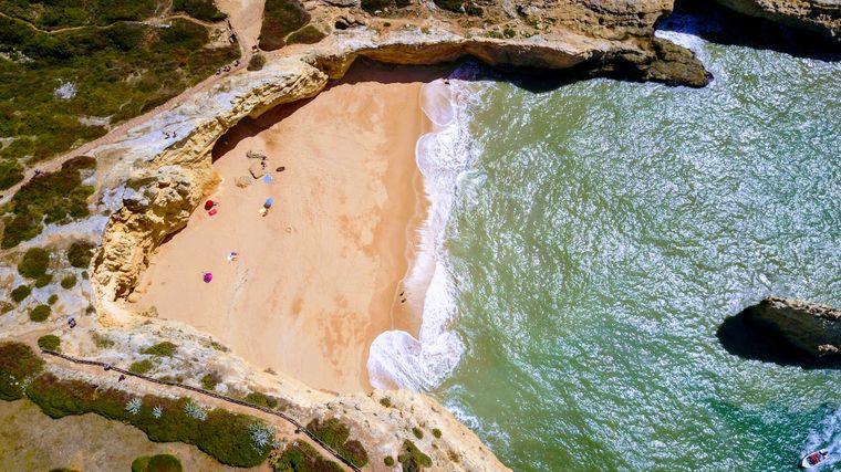 Am Strand von Carvoeiro bei Faro an der Algarve sind nur wenig Urlauber.