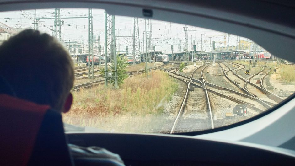 Blick über die Schulter eines Lokführers im ICE bei Nürnberg.