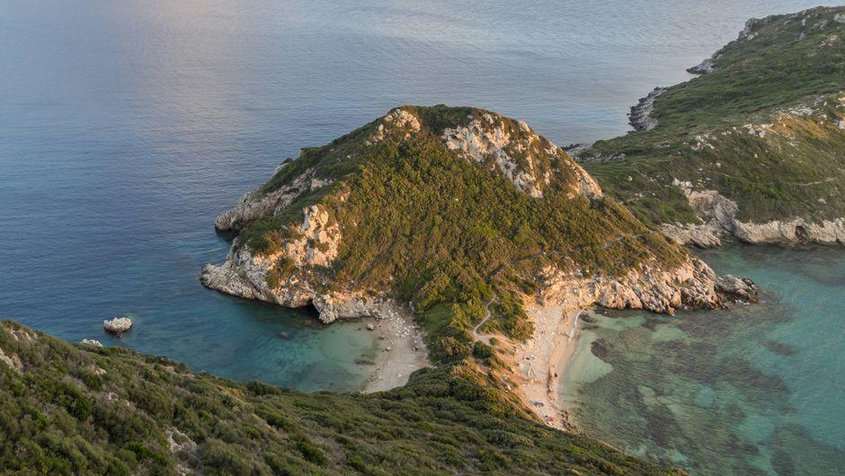 Atemberaubend ist zum Beispiel die Zwillingsbucht Porto Timoni auf Korfu – einer der schönsten Strände in Griechenland.