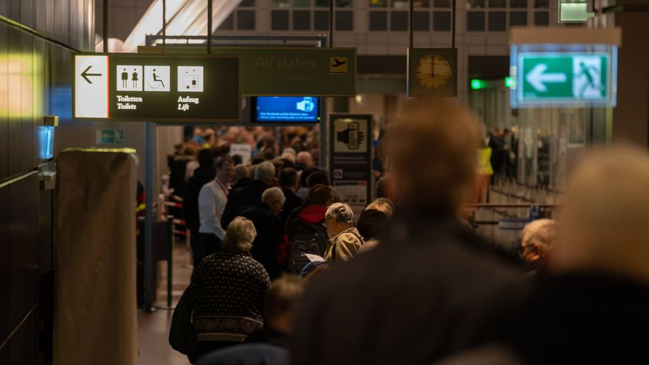 Lange Schlangen am Security-Check im Flughafen Hamburg.