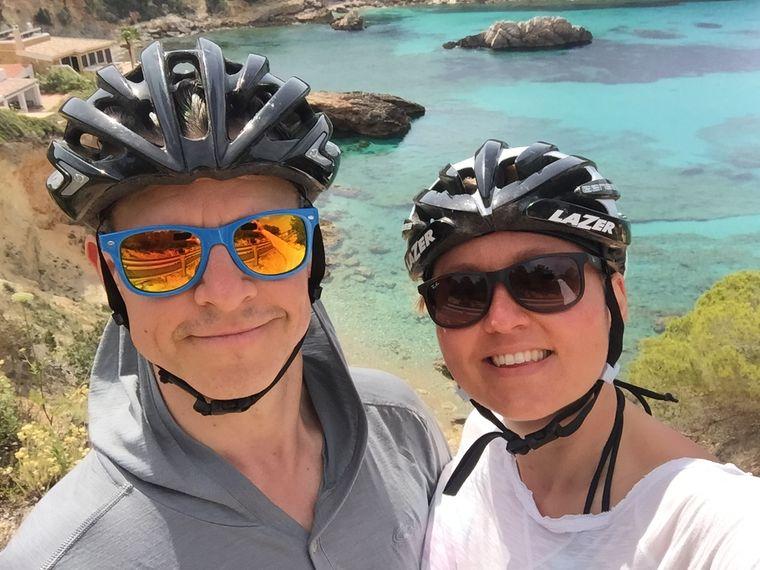 Oliver und Helena Wilhelm mit Fahrradhelmen im Urlaub.