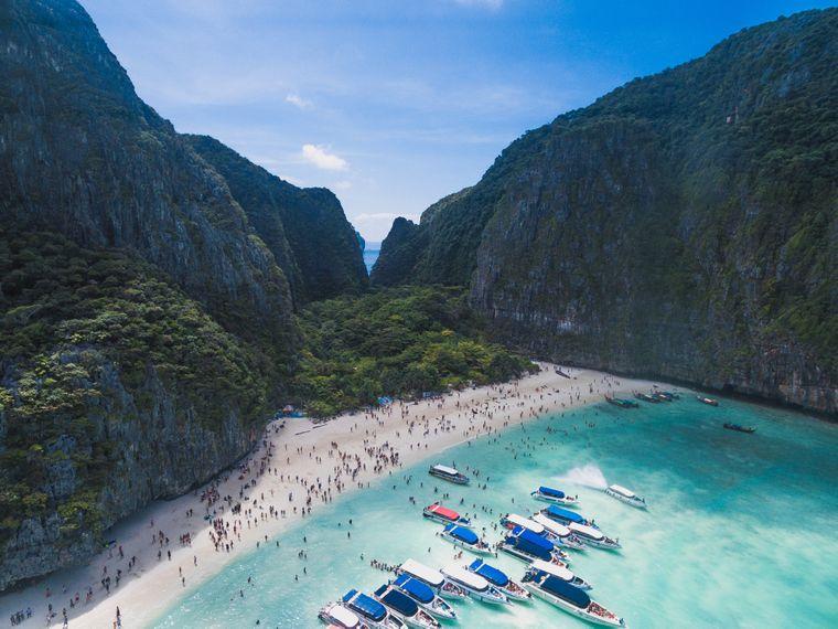 Maya-Bay auf Ko Phi Phi Leh von Touristen überrannt.