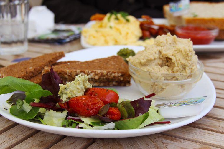 Smørrebrød auf einem Teller in einem dänischen Café