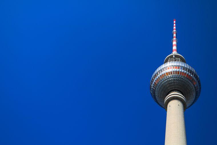 Im Drehrestaurant im Fernsehturm kannst du über den Dächern der Stadt leckeres Essen und einen tollen Ausblick genießen.