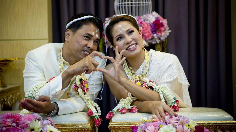 Ein Pärchen bei der traditionellen Hochzeit in Bangkok am Valentinstag.