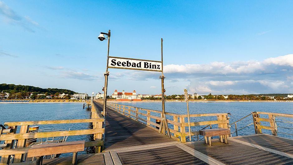 Frühaufsteher können auf der Binzer Seebrücke einen Moment der Ruhe genießen und einen Blick auf das Wahrzeichen des Ostseebades werfen: das Kurhaus.