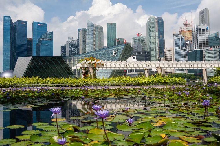 Singapur – hier trifft Tradition auf Moderne. Der Insel- und Stadtstaat südlich vor Malaysia ist ein globales Finanzzentrum mit einem tropischen Klima und einer multikulturellen Bevölkerung.