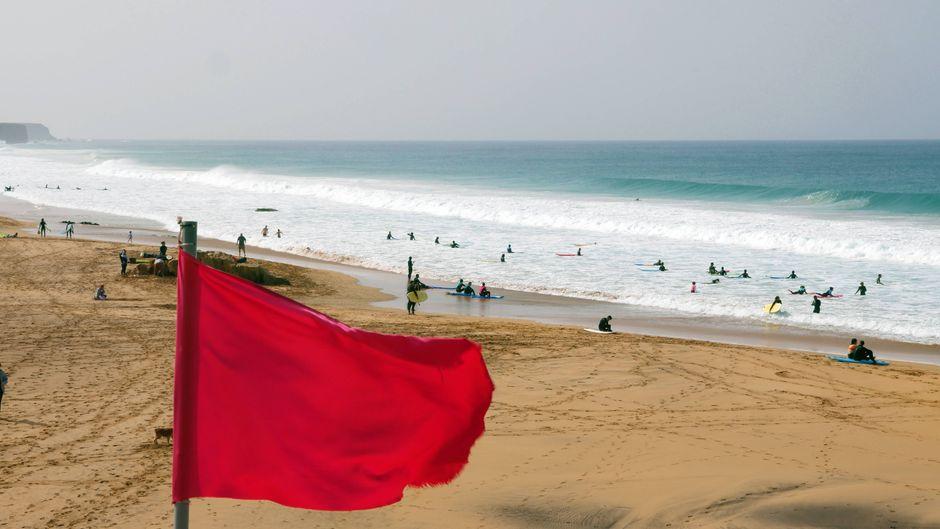 Rote Flagge signalisiert Badeverbot zum Beispiel bei hohen Wellen und gefährlicher Strömung.
